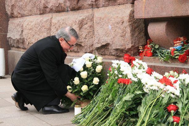 Yhdysvaltain Pietarin pääkonsuli Thomas Leary laski ison kukkaseppeleen tapahtumapaikalle.