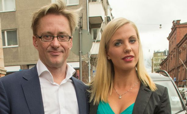 Mikael Jungner ja Emilia Poikkeus saapuivat yhdessä Nasima Razmyarin ja Johan Fagerin hääjuhliin toukokuussa.