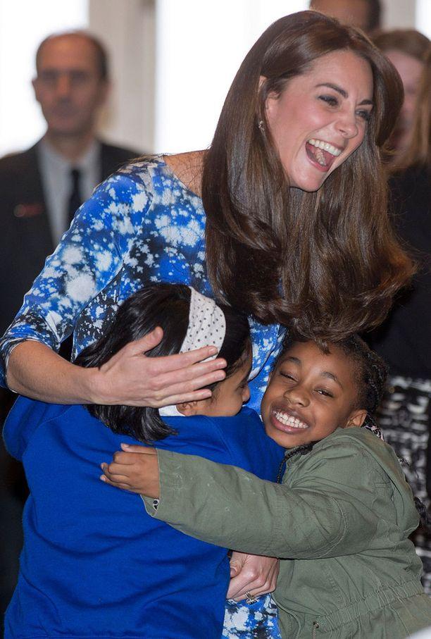 Kate sai lämpimät halit lapsilta.