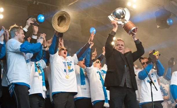 Kuosmanen juhli MM-kultaa Leijonien kanssa Kauppatorilla keväällä 2011.