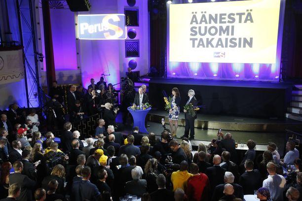 Perussuomalaisten vaalivalvojaisissa kannustushuudot raikuivat rytmikkäästi kun puheenjohtaja Jussi Halla-aho saapui paikalle.