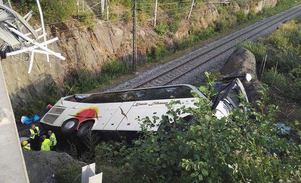 Ennen junaradalle syöksymistään bussi törmäsi viiteen henkilöautoon. Kuva turmapaikalta.