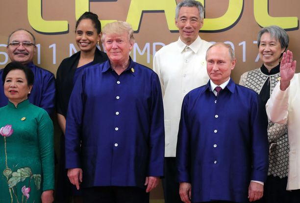 Presidentit Trump ja Putin vaikuttivat hieman hämmentyneiltä sinissä paidoissaan.