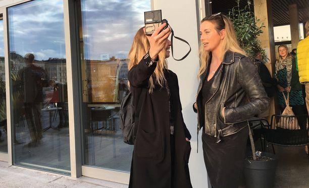Soikku-nimellä tunnettu vloggaaja haastatteli Iina Kuustosta Pekka Haaviston kampanjatilaisuuden päätteeksi.