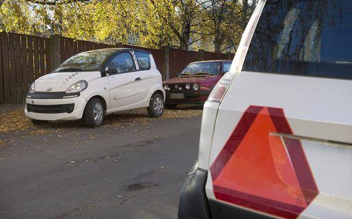 Kortiton 16-vuotias lainasi kaverinsa mopoautoa Ulvilassa - auto ojaan, matkustajat sairaalaan