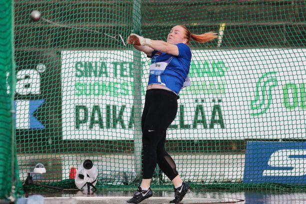 Krista Tervo kiskoi lekansa omiin ennätyslukemiin Kaustisen moukarikarnevaaleilla.