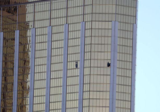 Ampuja rikkoi kaksi ikkunaa hotellihuoneestaan voidakseen ampua laajalle alueelle.