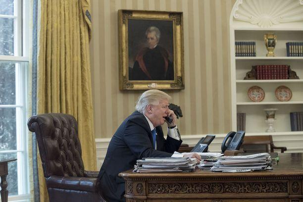 Donald Trump on äärimmäisen kiistelty presidentti, joka kahlaa skandaalista toiseen.