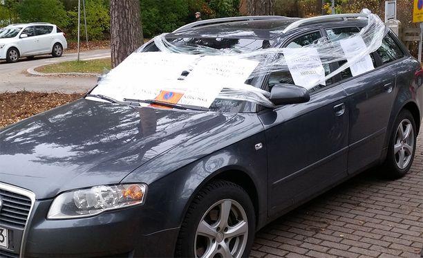 Väärin pysäköity auto sai keskiviikkona uuden ilmeen.