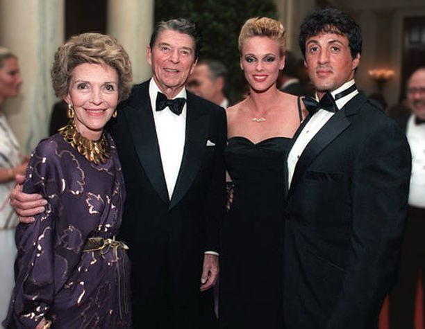 Brigitte Nielsen ja Sylvester Stallone presidentti Ronald Reaganin ja Nancy Reaganin rinnalla vuonna 1985.