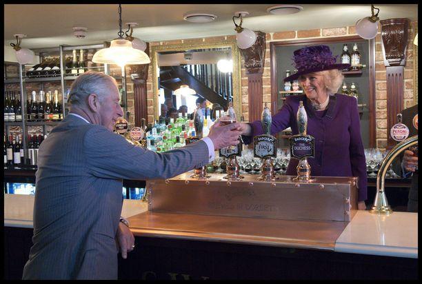 Corwallin herttuatar Camilla pääsi maakuntavierailun yhteydessä tarjoilemaan aviomiehelleen juoman omassa nimikkopubissaan.