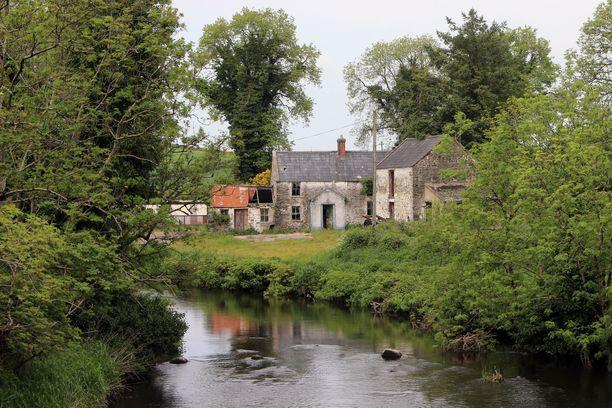 Irlannin ja Pohjois-Irlannin raja kulkee osittain kapeaa Fane-jokea pitkin.