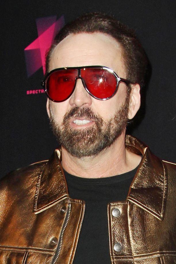 Nicolas Cage peitti kasvonsa erikoisilla aurinkolaseilla. Parrakasta miestä ei ollut tunnistaa elokuvanäytöksessä.