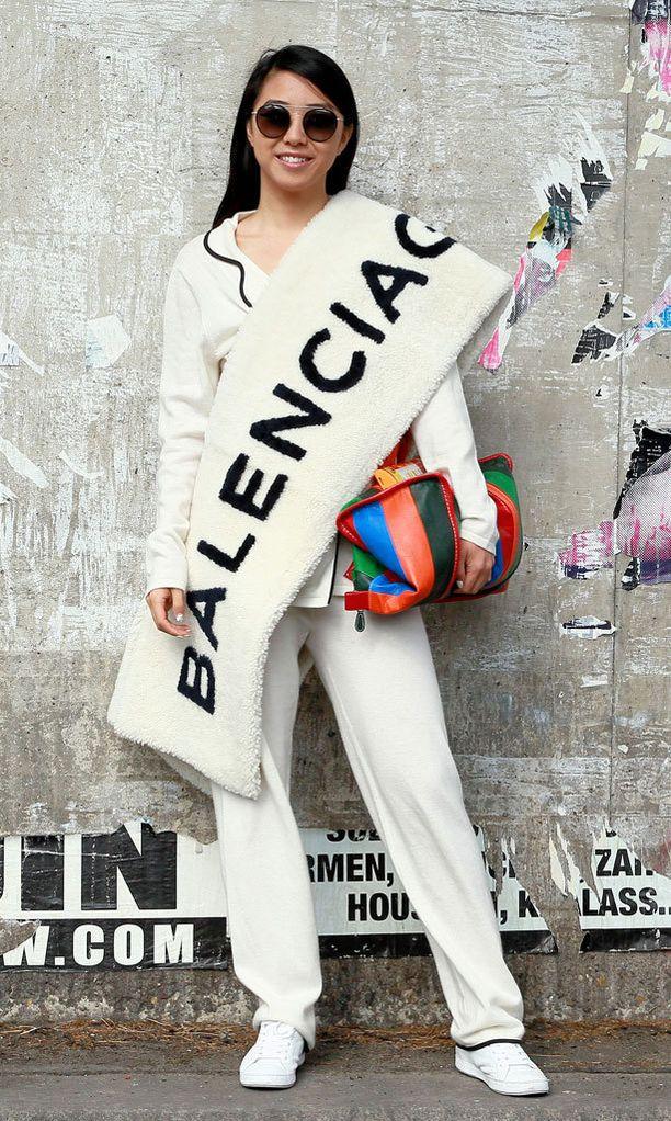 Muotitoimittaja Yuwei Zhangzou poseerasi Balenciagan jännittävässä shaalissa.