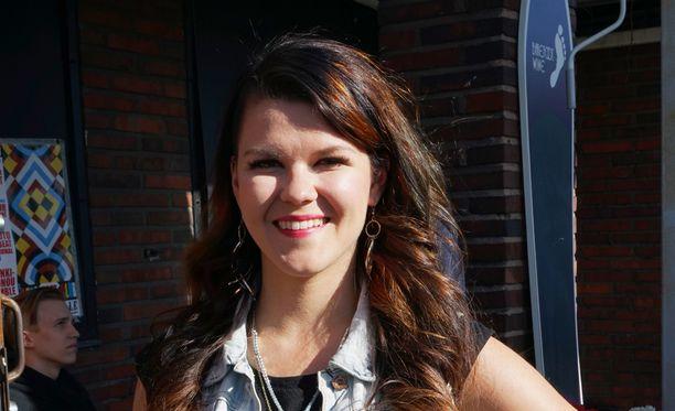 Saara Aalto julkaisi lapsuuskuvan päivältä, jolloin hänellä oli ensimmäinen julkinen esiintymisensä laulajana.