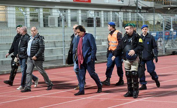 Christian Constantin poistui torstaina stadionilta poliisien turvaamana.