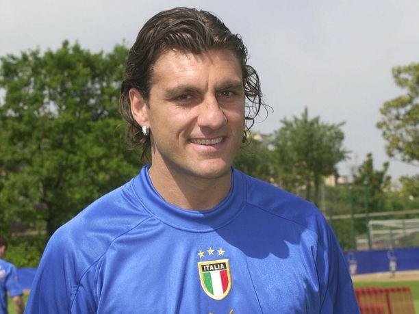 Christian Vieri Italian maajoukkuepaidassa vuonna 2004.