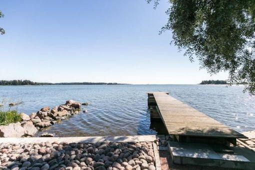 Espoon Suvisaaristossa sijaitsee omakotitalo tällaisissa maisemissa.