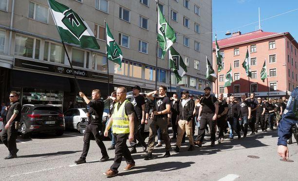 Pohjoismainen vastarintaliike osoitti mieltään Turussa terrori-iskun muistopäivänä.