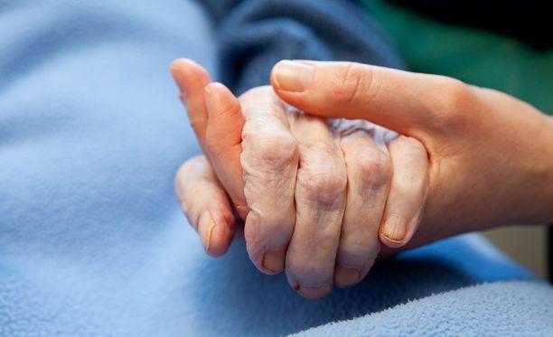 Vaasan hovioikeus on tuominnut mieslääkärin 80 päiväsakkoon äitinsä pahoinpitelystä ja heitteillepanosta. Hovioikeus hylkäsi Keski-Suomen käräjäoikeuden syytteen törkeästä kuolemantuottamuksesta.