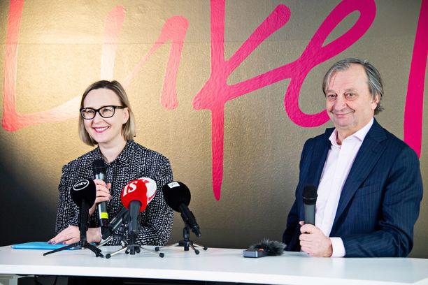 Maria Lohela ja Hjallis Harkimo olivat maanantain tiedotustilaisuudessa hyvällä tuulella.