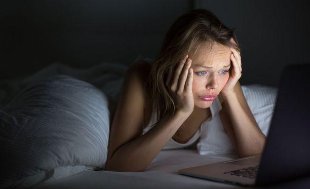 Kirkkaan ruudun tuijottaminen ja uutisten lukeminen illalla viimeiseksi ei ainakaan helpota unensaantia. Kuvituskuva.