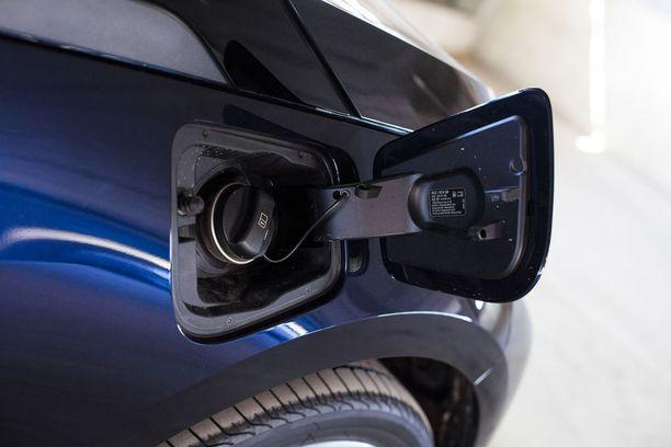 9 litran polttoainesäiliön luukku löytyy keulalta.