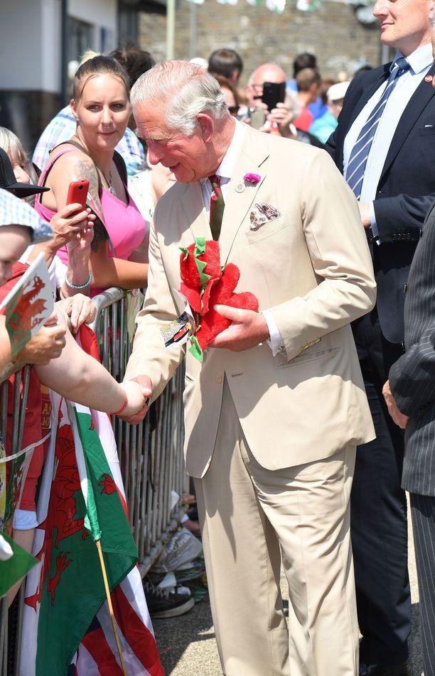 Torstaina Charlesia ja Camillaa odotti suuri joukko ihmisiä. Molemmat saivat myös lahjoja.