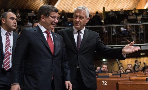 Euroopan neuvoston pääsihteeri Thorbjörn Jagland (oik.) tukee Turkin puhdistuksia. Vieressä Turkin pääministeri Ahmet Davutoglu.