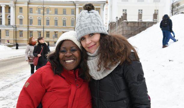 Marlene Otiene antoi kansanedustaja Arja Juvoselle (ps) lakimuutos-adressin eduskuntaan vietäväksi.