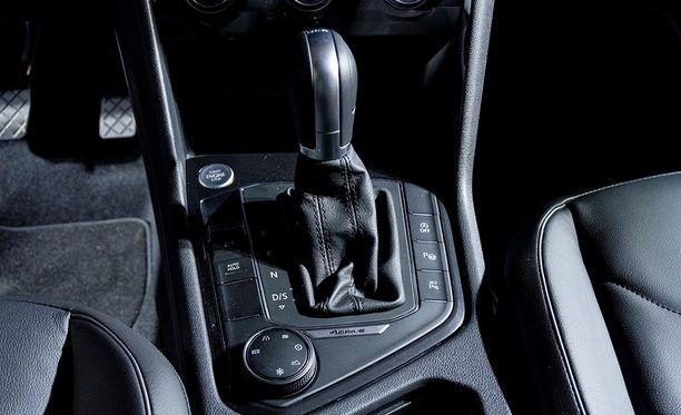 Vaihteenvalitsimen ympäriltä löytyy paljon Volkswagenilta lainattuja painikkeita.