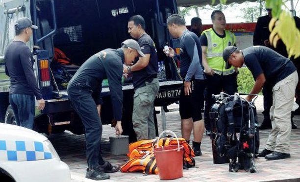 Hukkuneeksi uskotun pojan pelastusoperaatiota on jatkettu torstaina. Nyt etsintöjä tekevät poliisin sukeltajat, ei pelastuslaitoksen sukeltajat.