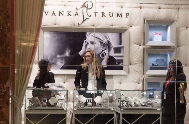 Ivanka Trumpin myymälä Trump Towerissa New Yorkissa. Kuvassa keskellä Trumpin pojan Eric Trumpin vaimo Lara Yunaska.