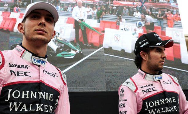 Esteban Ocon (vas.) ja Sergio Perez ottivat suru-uutisen vastaan murheellisina.