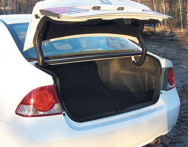 Autossa on 350 litran tavaratila. Tilaa ei voi akkujen vuoksi laajentaa.