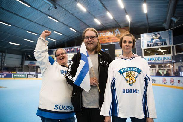 Elina Puro (vas.), Tuukka Lehtonen ja Marjo-Riitta Suonpää veikkasivat tiukkaa ottelua, mutta usko Suomen voittoon oli vahva.