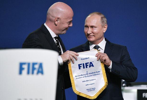 Venäjän presidentti Vladimir Putin on hyvää pataa kansainvälisen jalkapalloliiton puheenjohtajan Gianni Infantinon kanssa.