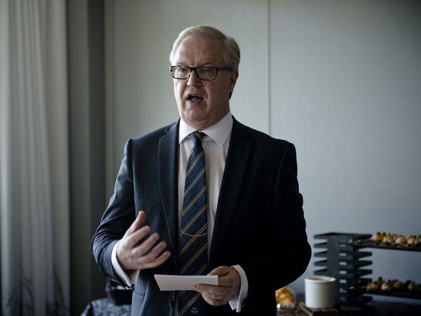 Akavan Sture Fjäderin omavaltaiset puheenvuorot ovat saaneet hänen puheenjohtajapallinsa heilumaan.
