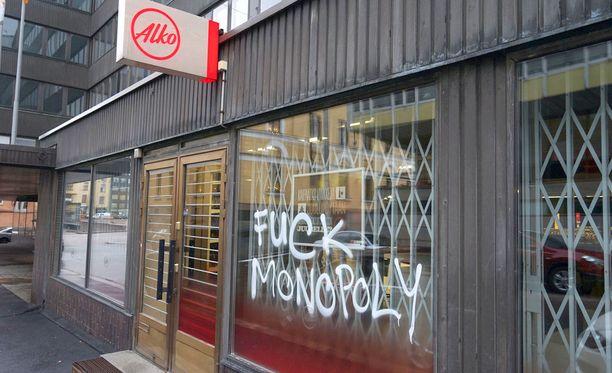 Alkon monopolia on kritisoitu Suomessa jo pitkään. Kuvassa mellakoitsijoiden töhrimä Alkon ikkuna Helsingissä 2014.
