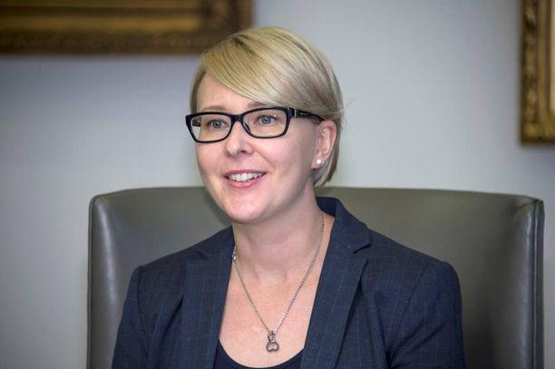Eduskunnan puhemiehenä toimii perussuomalaisten Maria Lohela (kuvassa). Varapuhemiehiä ovat Mauri Pekkarinen (kesk) ja Paula Risikko (kok).