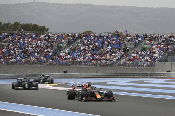 Valtteri Bottas ajeli hyvissä asemissa kolmantena vielä kilpailun alkupuolella.