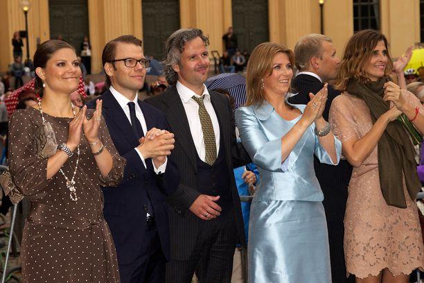 Ruotsinja Norjan kuninkaalliset ovat läheisiä toisilleen. Victoria, Daniel, Ari Behn ja Märtha Louise osallistuivat vuonna 2011 Mette-Maritin ja prinssi Haakonin 10-vuotiasta liittoa juhlistavaan tilaisuuteen vuonna 2011. Kuvassa oikealla myös Bulgarian  Rosario.