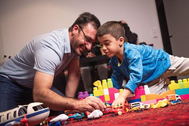 Ghulamin onnellisimpia hetkiä ovat ne, kun hän leikkii poikansa kanssa.