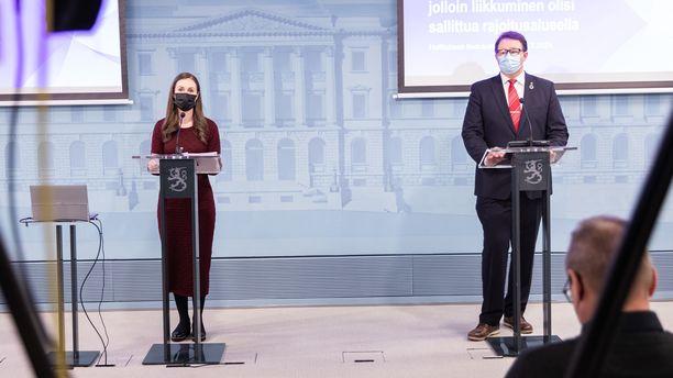 Pääministeri Sanna Marin (sd) ja THL:n johtaja Mika Salminen perustelivat liikkumisrajoituksia välttämättöminä.