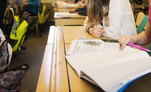 Tuula Vuorinen kummasteli Ylen haastattelussa joidenkin koululaisten tarvetta korostaa erilaisuuttaan. Hänen mielestään jotkut alakoululaiset joutuvat kiusatuiksi juuri tämän takia (arkistokuva).