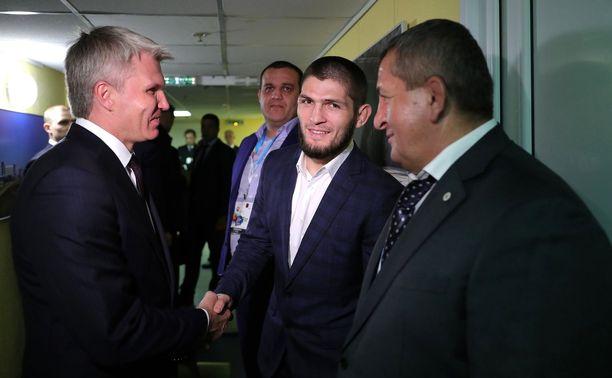 Venäjän urheiluministeri Pavel Kolobkov onnitteli Habib Nurmagomedovia ja tämän valmentaja-isä Abdulmanap Nurmagomedovia Uljanovskissa viime keskiviikkona.