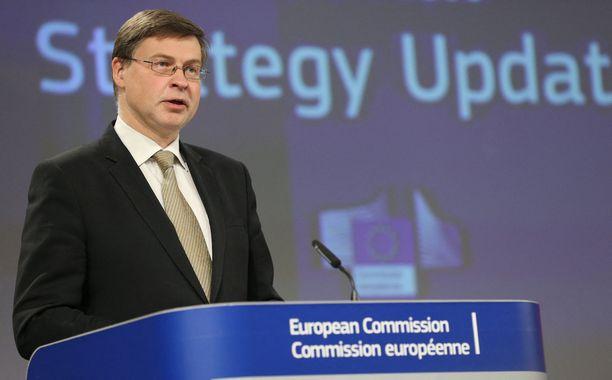 Valdis Dombrovskis selvensi noussutta keskustelua puhtaalla suomen kielellä.