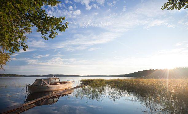 Ateenalaisnainen ihmetteli Suomen lukuisia järvimaisemia.