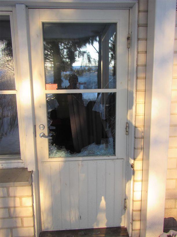 Murtovaras voi päästä helpohkosti sisään rikkomalla oven lasin tai ikkunan. Kuvan rikos liittyy 64 asuntomurron sarjaan syksyllä 2017 Länsi-Uudellamaalla.