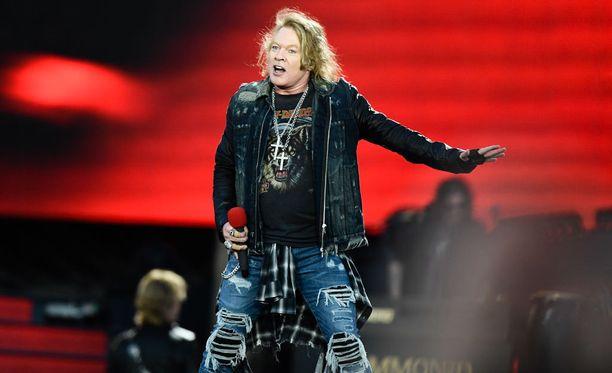 Guns N' Roses villitsi yleisöä lauantai-iltana Hämeenlinnan Kantolan tapahtumapuistossa.